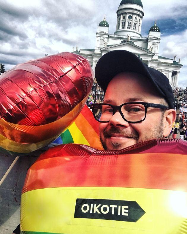 Mies Pride-rekassa juhlimassa syrjimättömyyttä