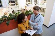 Nainen ja mies keskustelemassa toimistolla.