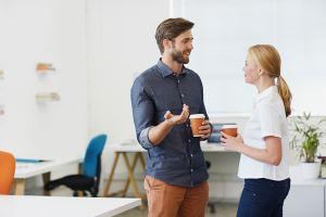 Nainen ja mies keskustelemassa voisiko työkierto sopia heille.