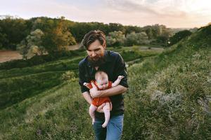 Isä ja lapsi ulkoilemassa.