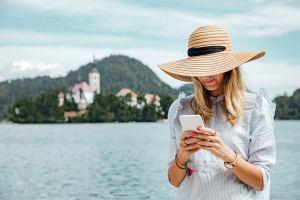 Nainen lomalla vastaamassa viesteihin.