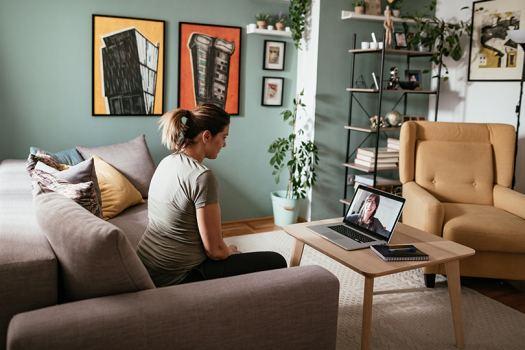 Nainen katsoo tietokonetta